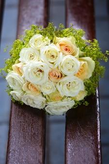 Un bellissimo bouquet da sposa a una festa di nozze