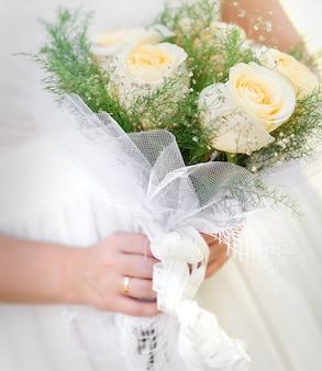 Un bellissimo bouquet da sposa a una festa di matrimonio
