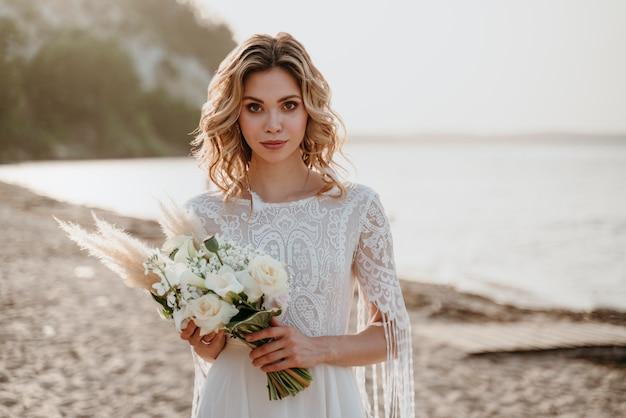 Bella sposa che festeggia il suo matrimonio in spiaggia