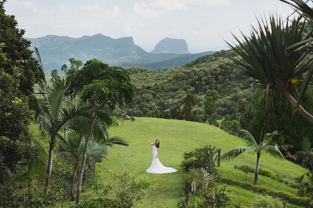 Bella sposa tra le montagne di un'isola tropicale