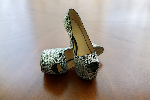 Belle scarpe da sposa. le scarpe alla moda dei tacchi alti della donna di colore hanno decorato i cristalli con lo spazio della copia per la fine del testo su. scarpe alla moda su tacchi alti decorati con pietre lucide.