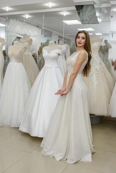 Bella sposa che indossa l'abito da sposa in salone