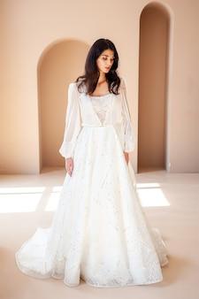 Bella sposa in abito da sposa