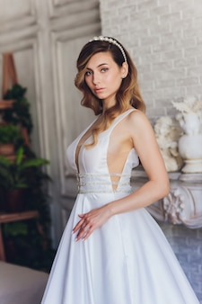 Donna bella sposa in abito da sposa e velo. moda ritratto di giovane sposa bellissima. vestito da sposa.