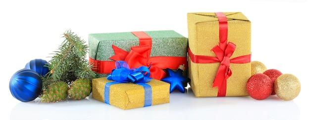 Bellissimi regali luminosi e decorazioni natalizie, isolati su superficie bianca