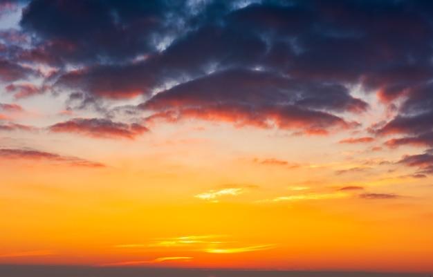 Bel cielo luminoso all'alba