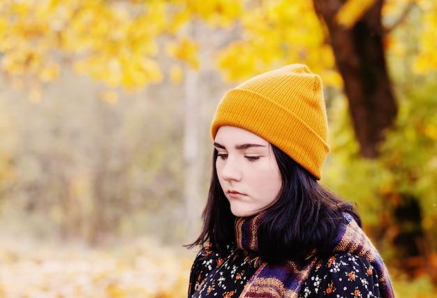 Bella ragazza castana nella sosta di autunno