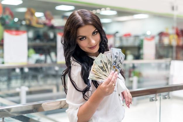 Bella bruna andando a fare grandi acquisti nel centro commerciale
