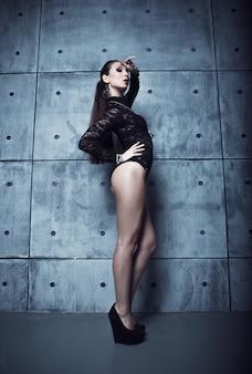 Bella modella bruna su sfondo scuro grunge