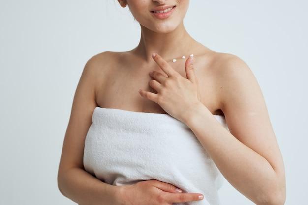 I bei asciugamani bianchi del brunette puliscono i trattamenti termali della pelle.