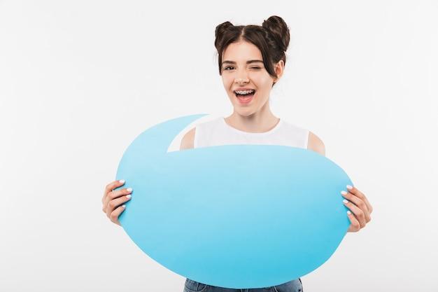Bella donna bruna con acconciatura doppi panini azienda bolla pubblicitaria vuota per il testo copyspace, isolato su bianco