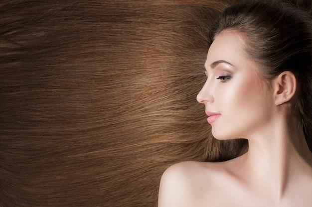 Bella donna bruna con capelli lunghi sani