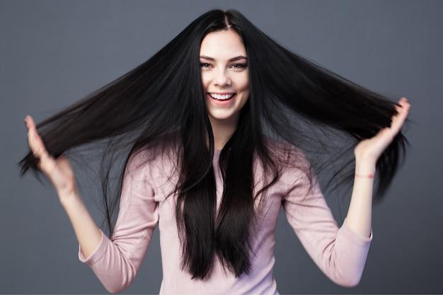 Bella donna bruna con i capelli lunghi
