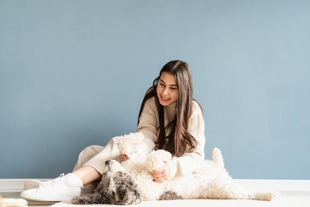 Bella donna castana con giocoso cane di razza mista