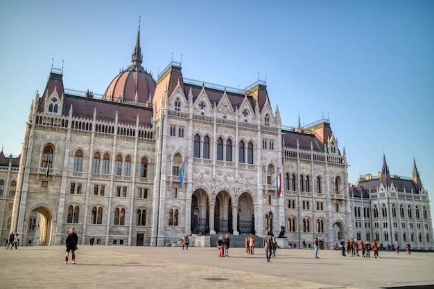 Bellissimo edificio del palazzo ungherese costruito in stile architettonico revival gotico su uno sfondo di cielo azzurro a budapest, ungheria.