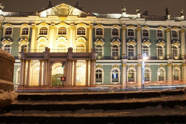 Bellissimo edificio del palazzo d'inverno con illuminazione serale in inverno