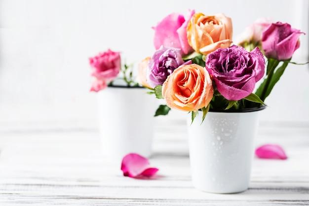 Bellissimo mazzo di rose rosa, fuoco selettivo