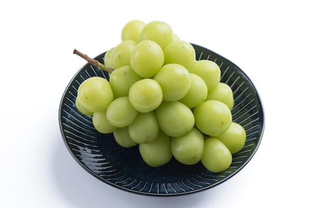 Bello un mazzo di uva shine muscat verde su sfondo bianco