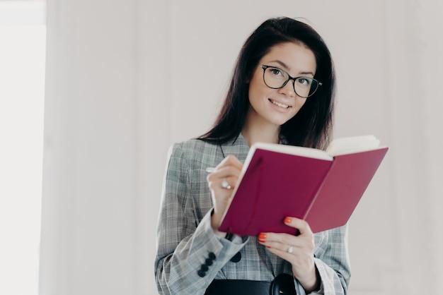 Bella insegnante di economia pianifica le sue lezioni, educa uno studente delle superiori