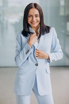 Bella donna d'affari isolata che indossa un abito blu