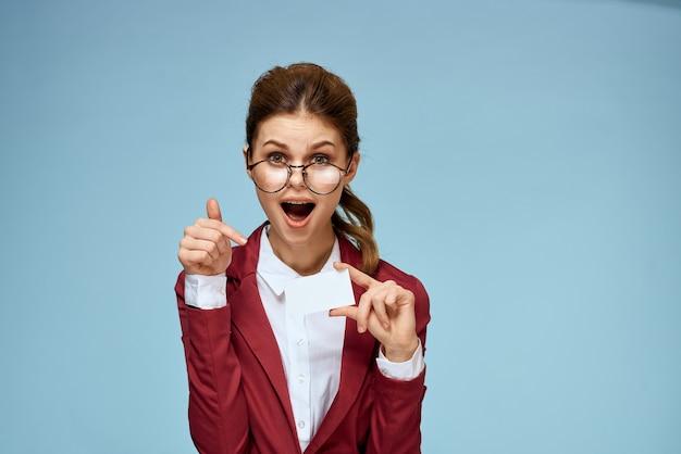 Bella donna d'affari giacca rossa carta occhiali ufficiali