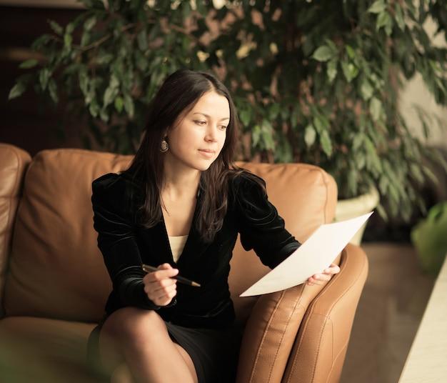 Bella donna d'affari. visualizza documenti molto importanti.
