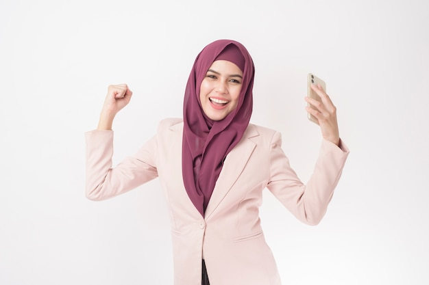 Donna bella business con ritratto hijab sul muro bianco