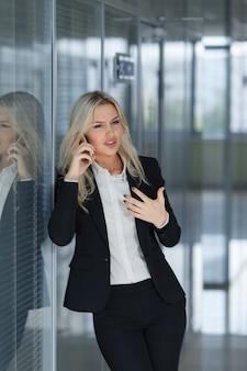 Bella donna d'affari arrabbiata e che parla al telefono, colpo di concetto del responsabile dell'ufficio
