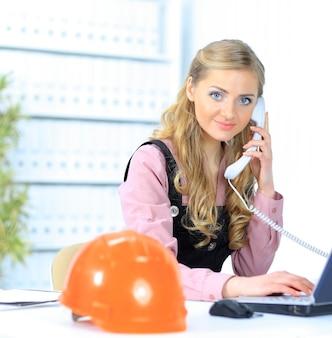 La bella donna di affari tiene il computer portatile. isolato su uno sfondo bianco.
