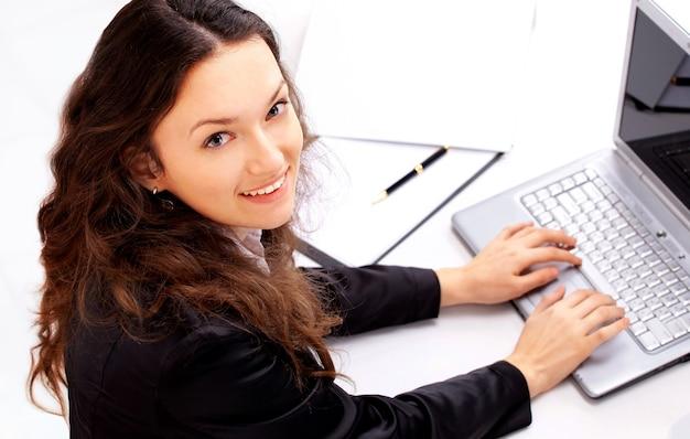 La bella donna d'affari in un ufficio moderno