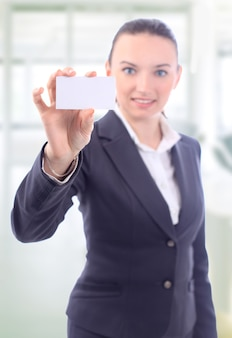 Bella donna d'affari con il biglietto da visita in ufficio