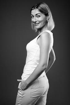Bella imprenditrice con i capelli corti in bianco e nero