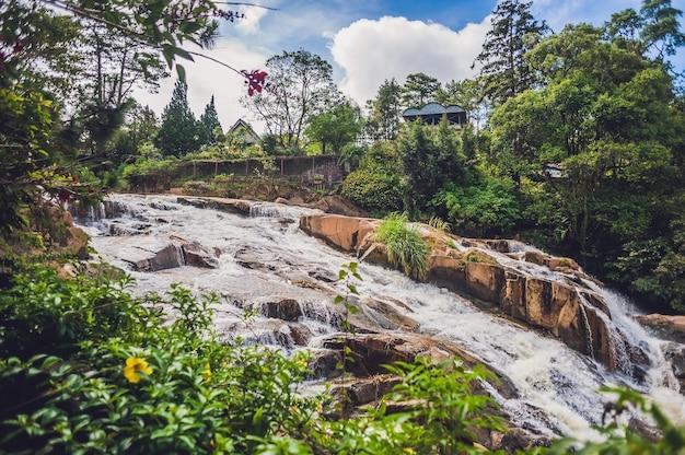 Bella cascata camly nella città di da lat