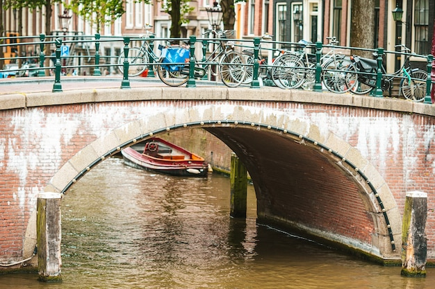 Bellissimo canale nella città vecchia di amsterdam, paesi bassi, provincia dell'olanda settentrionale
