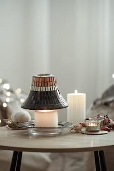 Belle candele in stile scandinavo su uno sfondo sfocato dello spazio interno della copia.