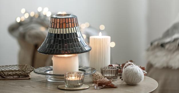 Belle candele in stile scandinavo su uno sfondo sfocato dell'interno.