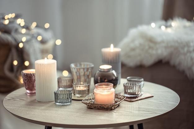 Belle candele in stile scandinavo su uno sfondo sfocato con bokeh.