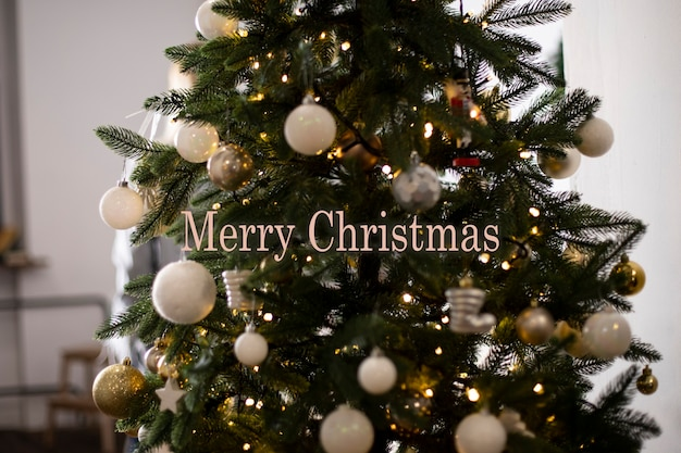 Bella carta con l'immagine di un albero con palline bianche l'iscrizione buon natale