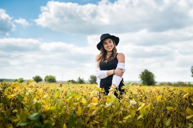 Bella donna spensierata in posa nei campi rurali in estate. stile di vita
