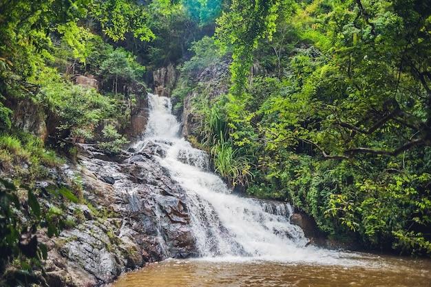 Bella cascata datanla a cascata nella città di montagna dalat, vietnam