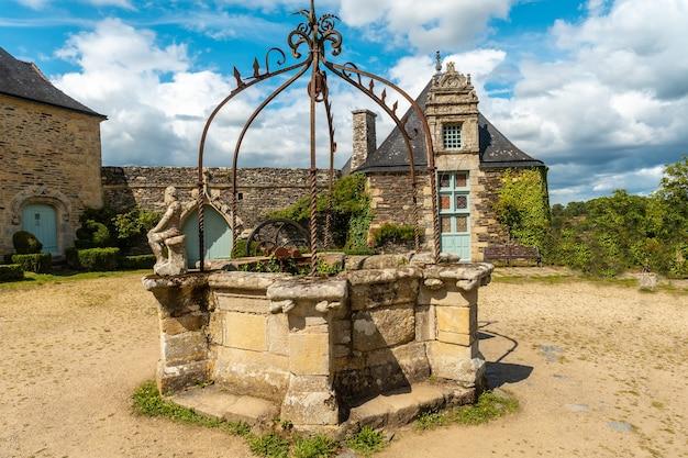 Il bellissimo parco del castello rochefort en terre nel villaggio medievale di rochefort-en-terre, dipartimento del morbihan nella regione della bretagna. francia