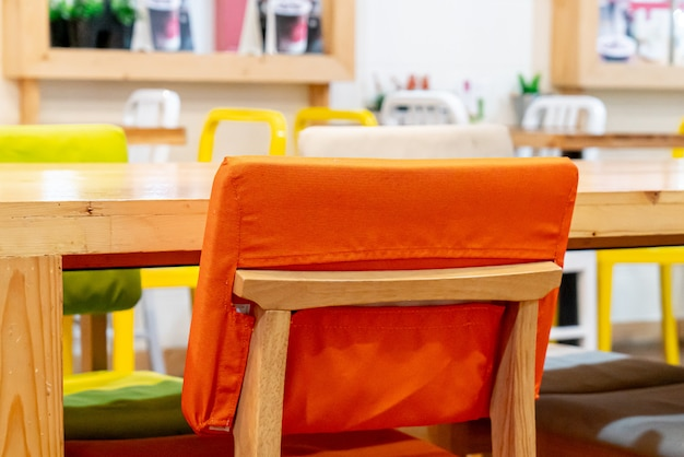 Bella sedia nel ristorante caffetteria