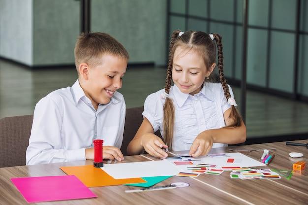 I bambini belli sono studenti insieme in un'aula della scuola ricevono un'istruzione felice