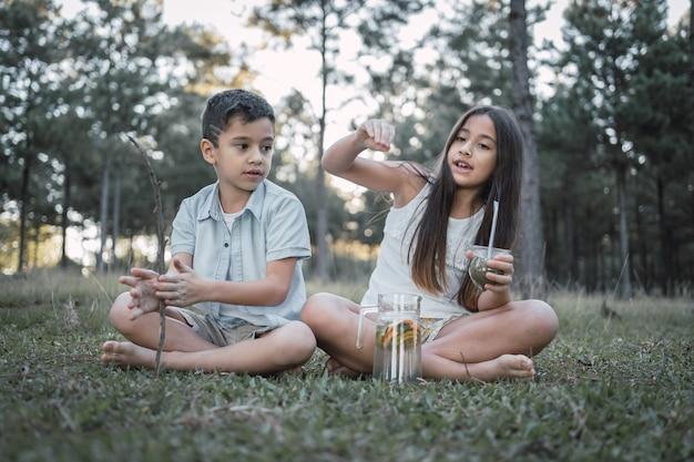 Bellissimi bambini che bevono un tipico infuso argentino, tererãƒâƒã'â©.