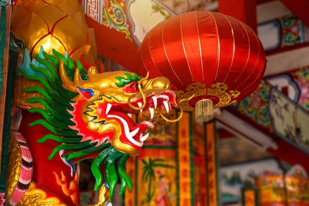 Bei draghi cinesi e lanterna rossa su un tempio per il festival cinese di nuovo anno al santuario cinese.