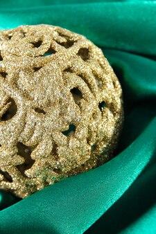 Bella palla di natale su panno di raso verde