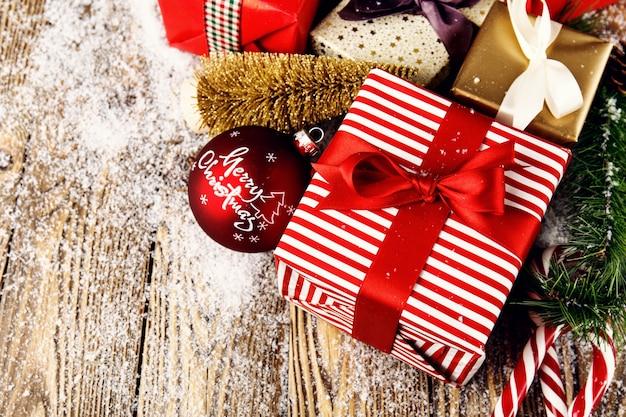 Belle decorazioni classiche tradizionali di natale con regali incartati