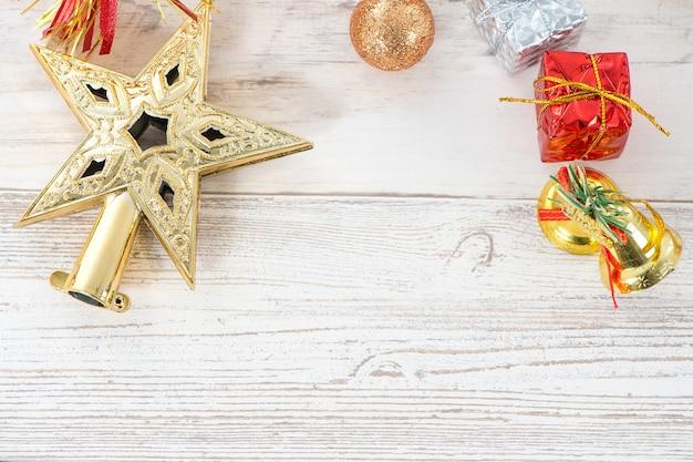 Bella composizione natalizia e decorazione su sfondo in legno chiaro, disposizione piatta, vista dall'alto, spazio copia (spazio testo)