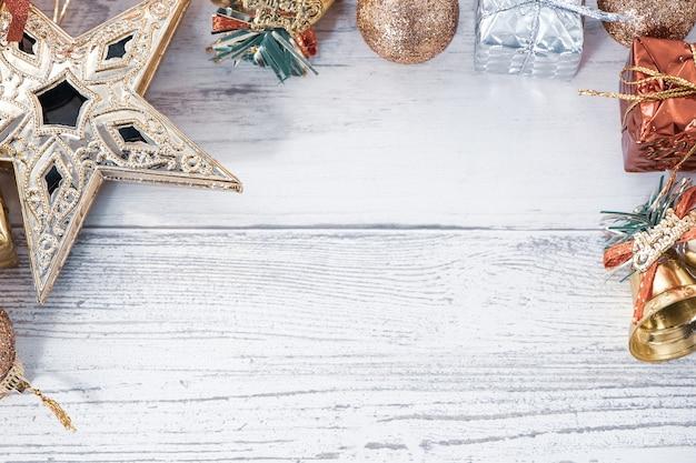 Bella composizione e decorazione di natale su fondo di legno chiaro
