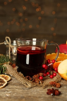 Bella composizione natalizia di vin brulé su un tavolo di legno decorato, primo piano